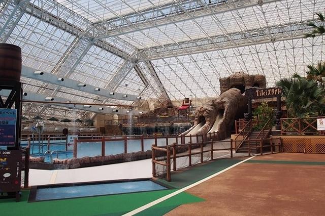 東京サマーランドの通年遊べる屋内プール『アドベンチャードーム』