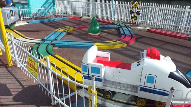 よこはまコスモワールドにある「新幹線・ロッキー号」の画像です。