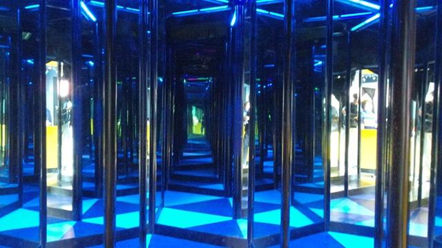 よこはまコスモワールドにある「ミラーアドベンチャー~巨大万華鏡の世界~」の画像です。