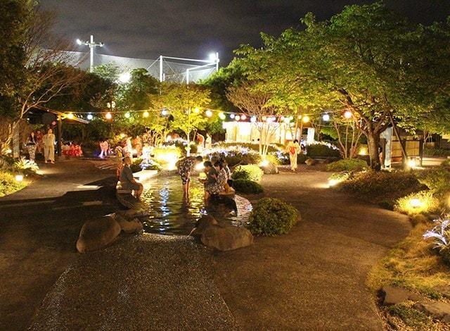大江戸温泉の足湯(夜)です。
