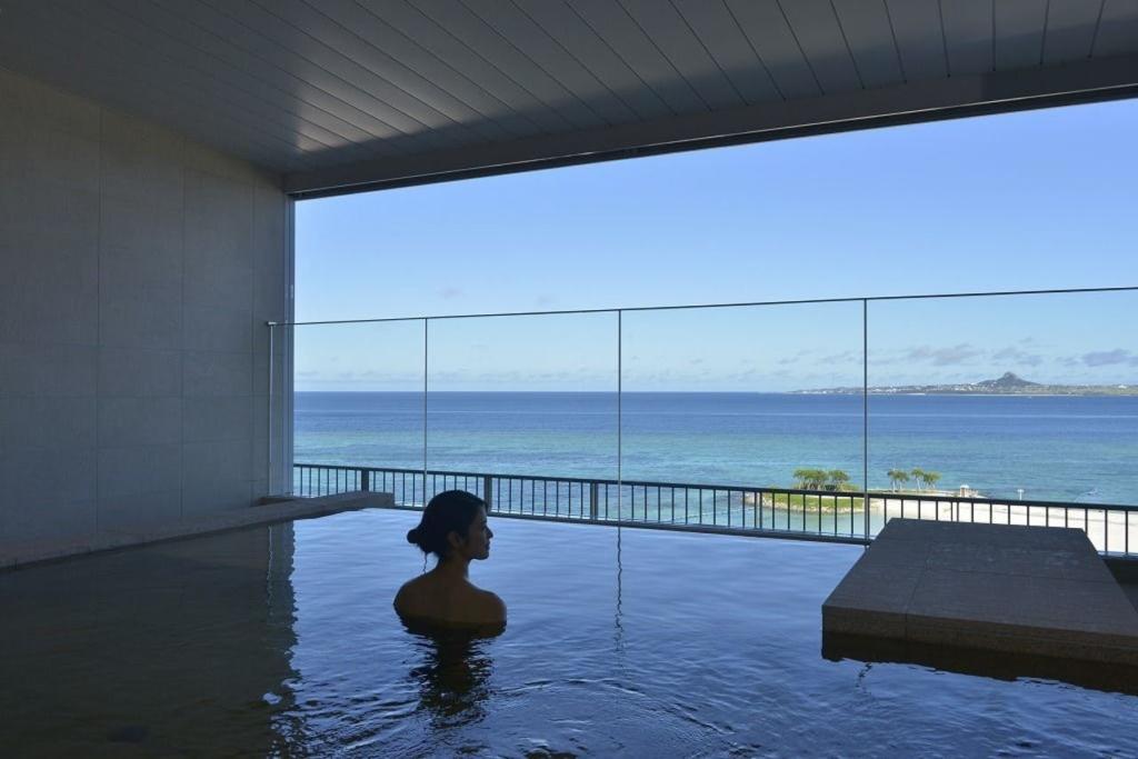 沖縄の温泉付き人気ホテル8選!絶景の露天風呂やスパ・プールも|2020年版