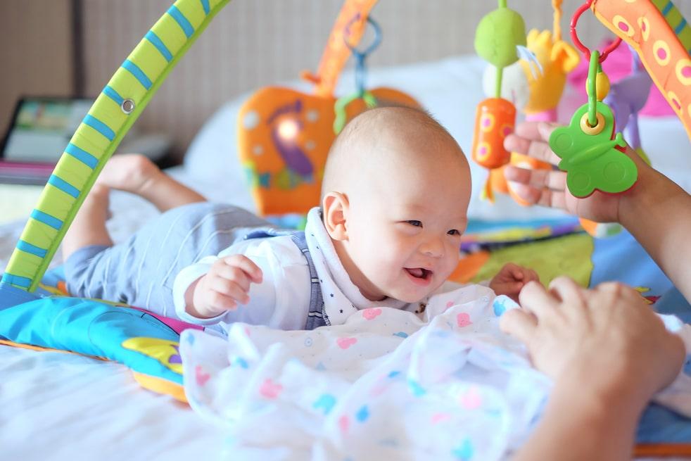 【0ヶ月~】新生児が喜ぶ!おもちゃオススメ20選。おしゃれ&知育グッズも