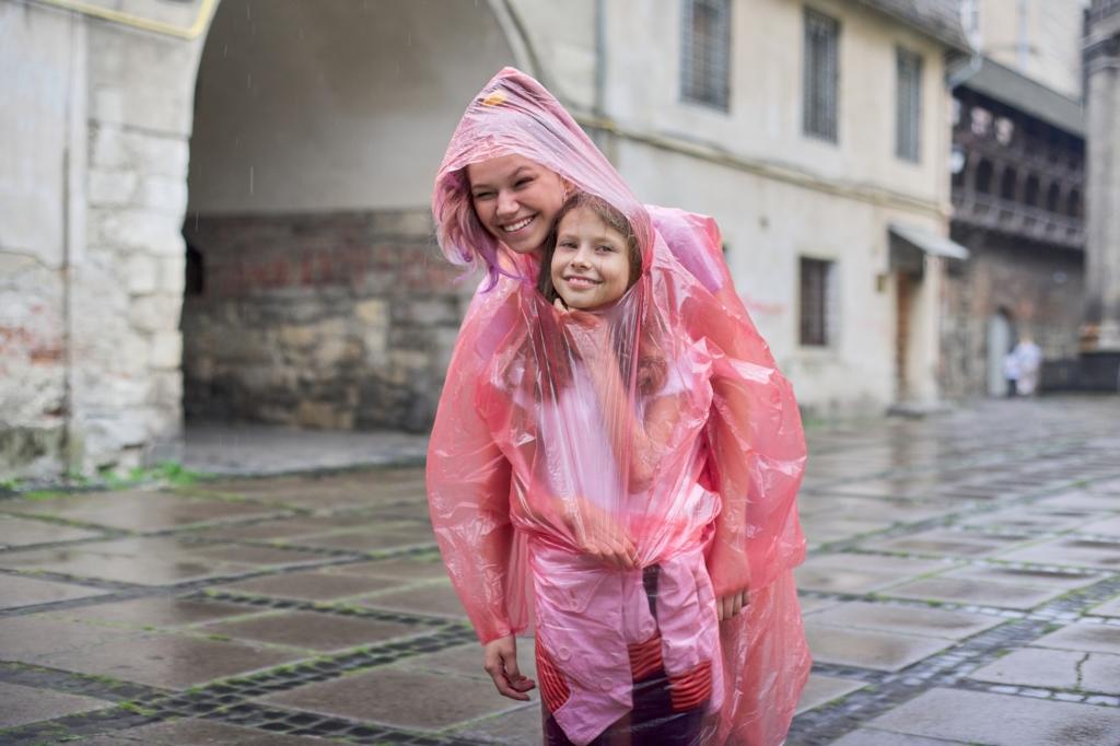 抱っこ紐OK!ママレインコートおすすめ12選|雨に濡れにくい&おんぶ用も