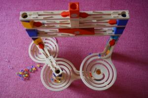 スロープトイおすすめ12選|知育にぴったり!木製&組み立ても。低月齢OK