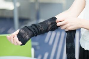 アームカバーのおすすめ15選|ひんやり冷感&おしゃれ。腕の日焼け対策に!