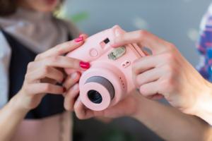 インスタントカメラのおすすめ12選|おしゃれなレトロ写真♪自撮り&デジタル対応