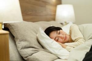 いびき対策におすすめの枕13選 うるさい原因は?横向きで改善。高さ調整&電動も!