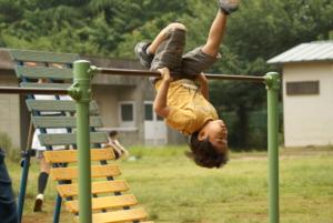 逆上がりのコツと練習方法!腕が伸びてしまうときは?タオルを使う教え方も