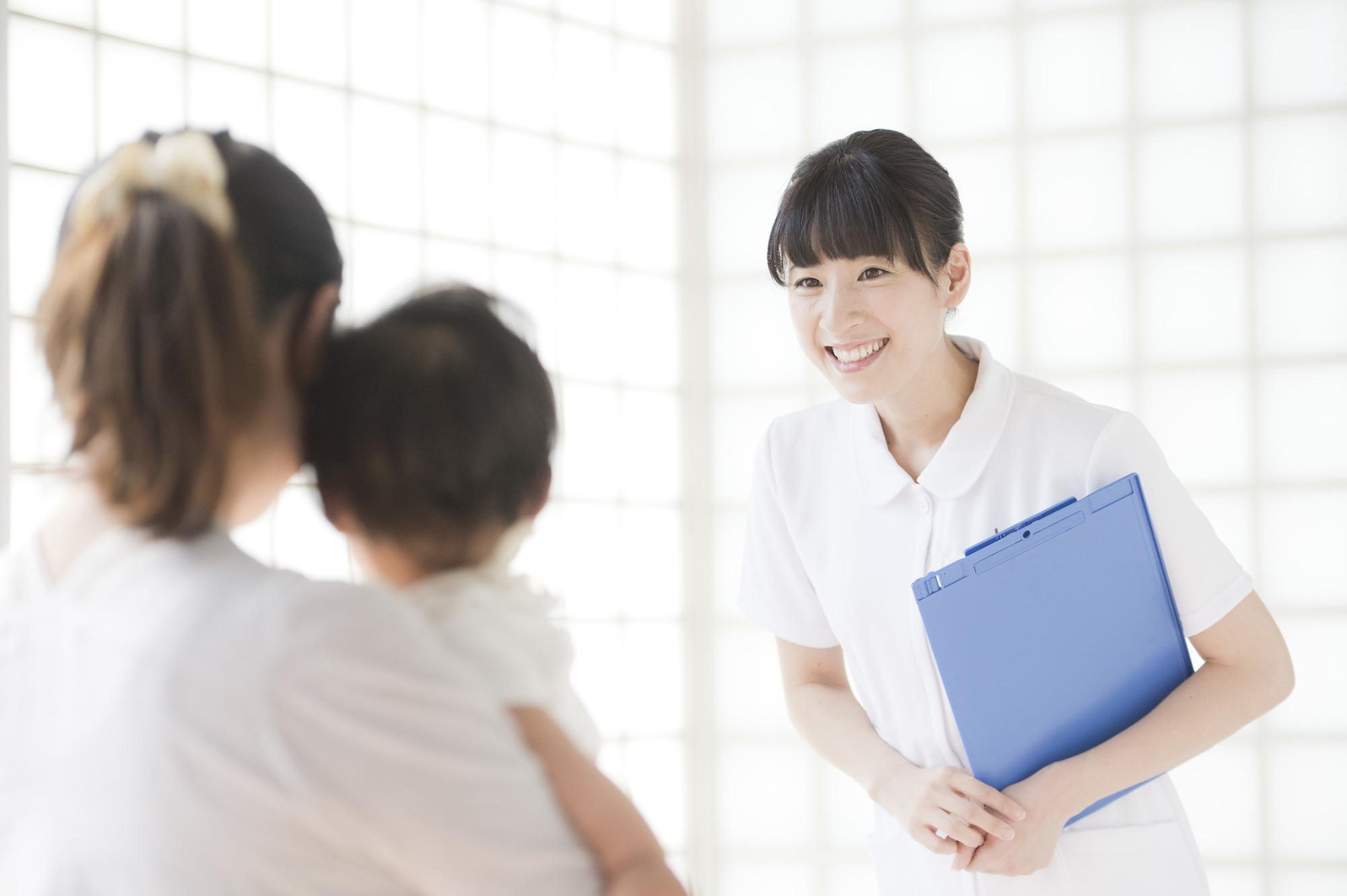 病院を受診する赤ちゃん