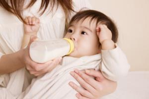 赤ちゃん便秘の解消法!原因は母乳?綿棒刺激やマッサージ|栄養士監修