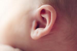 赤ちゃんの耳垢がたくさん!耳掃除はどこまで?臭い・ベタベタのときは?|医師監修
