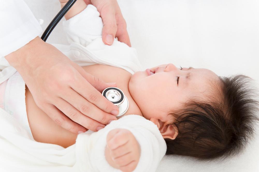 診察してもらう赤ちゃん