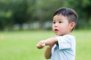 子どもが手足口病に。保育園や幼稚園はいつから登園?プールは?【医師監修】