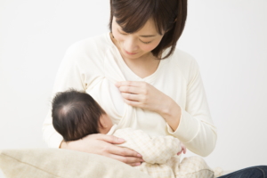 卒乳時期はいつ?目安は?卒乳方法とコツ。バストケアも|栄養士監修