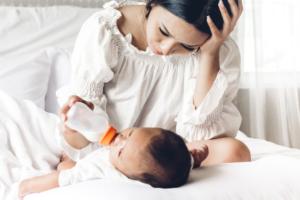 新生児の吐き戻しの対策!いつまで続く?毎回・大量のときは?|医師監修