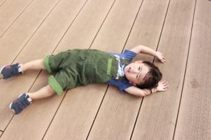 なぜ?2歳児が歩かない原因。抱っこばかりは甘え?病気や障害?【小児科専門医監修】