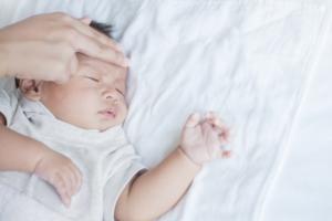 新生児の風邪|熱・鼻水の対処。沐浴や病院の受診タイミング【医師監修】