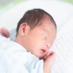 眠る新生児