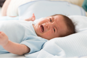 新生児の嘔吐の対処法!噴水のように大量に吐く、透明・茶色|医師監修
