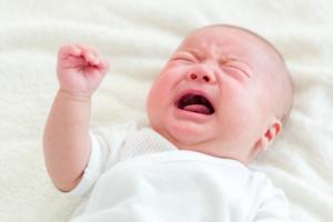 赤ちゃんが嘔吐!対処&病院受診の目安。元気なときは?【医師監修】