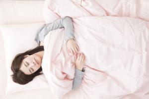 産後の正しい寝方とNG例。胸が張る、腰痛、骨盤が痛い|看護師監修