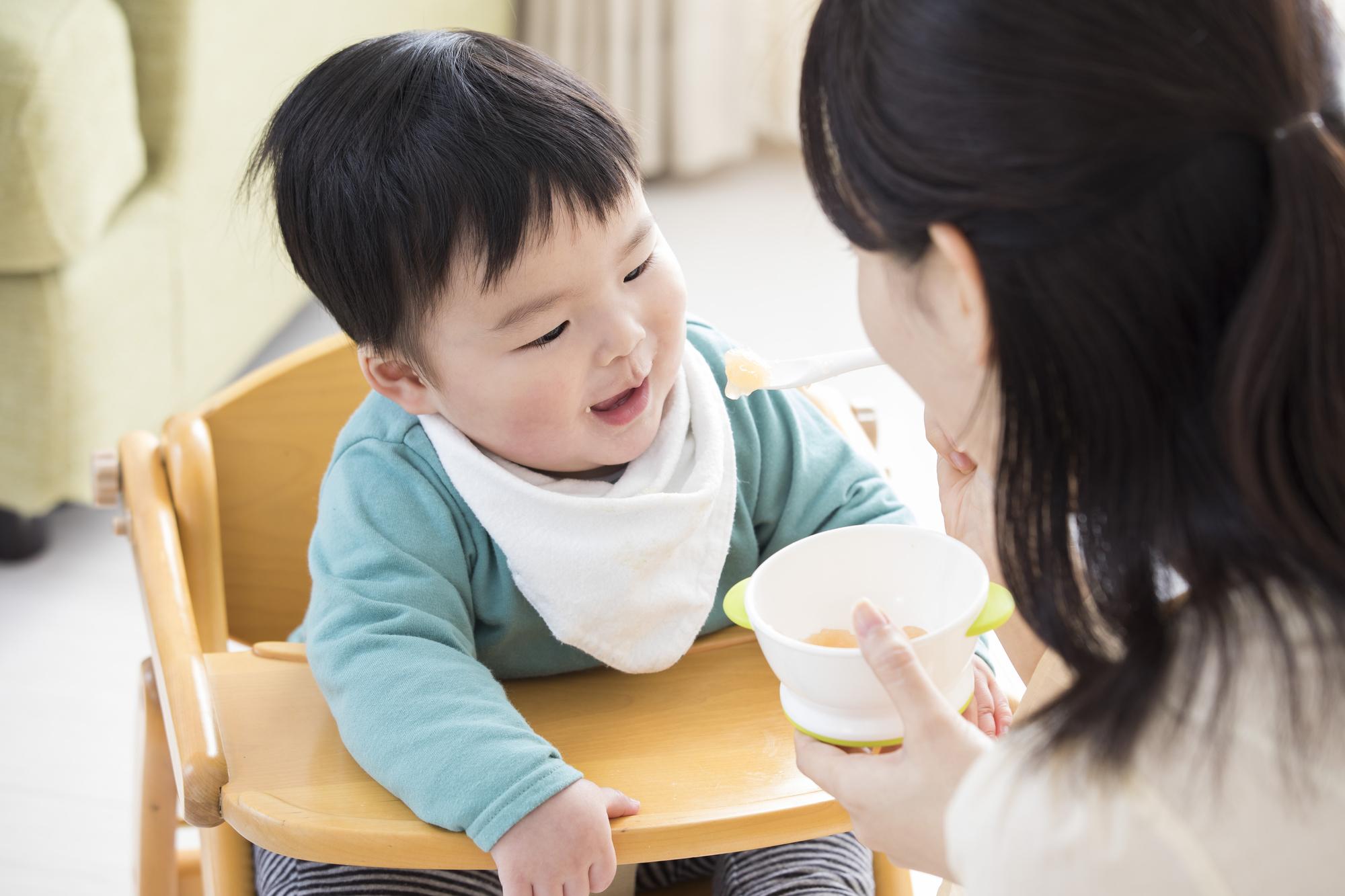 ご飯を食べる1歳児の男の子