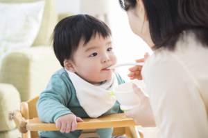 1歳児のご飯の量や硬さは?大人と同じは?簡単レシピも【看護師監修】