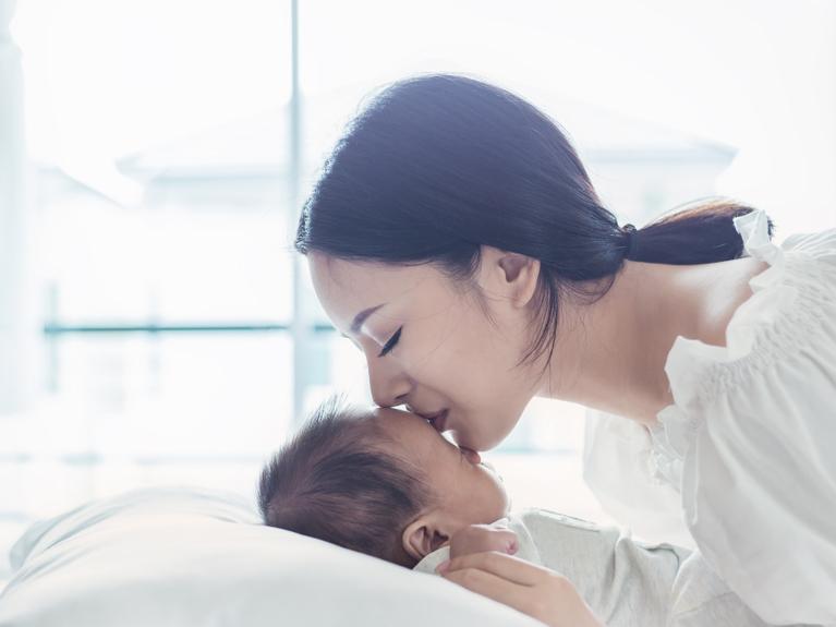 キスをするママ