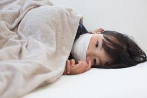 子どもの咳が夜だけひどい。止める方法は?長引くときは?|医師監修