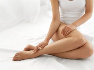 【医師監修】妊婦の足がつる原因と予防対策。食べ物や着圧ソックスで改善できる?