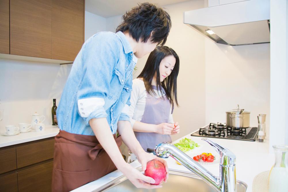 キッチンに立つ夫婦