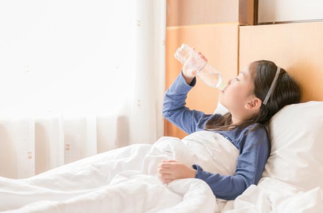 水分補給をする子供