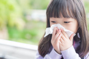 熱はないけど、子どもの咳と鼻水が続く!対処と受診目安。保育園は?|医師監修