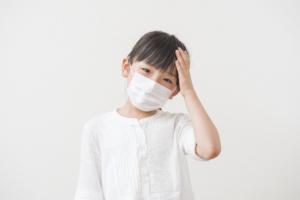 子どもの「熱なし頭痛」の対処法。腹痛や嘔吐も。病院は?|医師監修