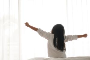 子どもの熱が一晩で下がる原因。病院行く?学校や保育園は|医師監修