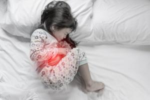 子どもの「波がある腹痛」の原因と対処法。おへその辺りが痛い|医師監修