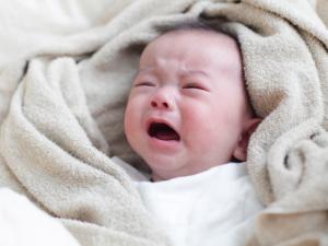 赤ちゃんの夜泣きはいつまで?放置でもいい?王道対策【保育士監修】