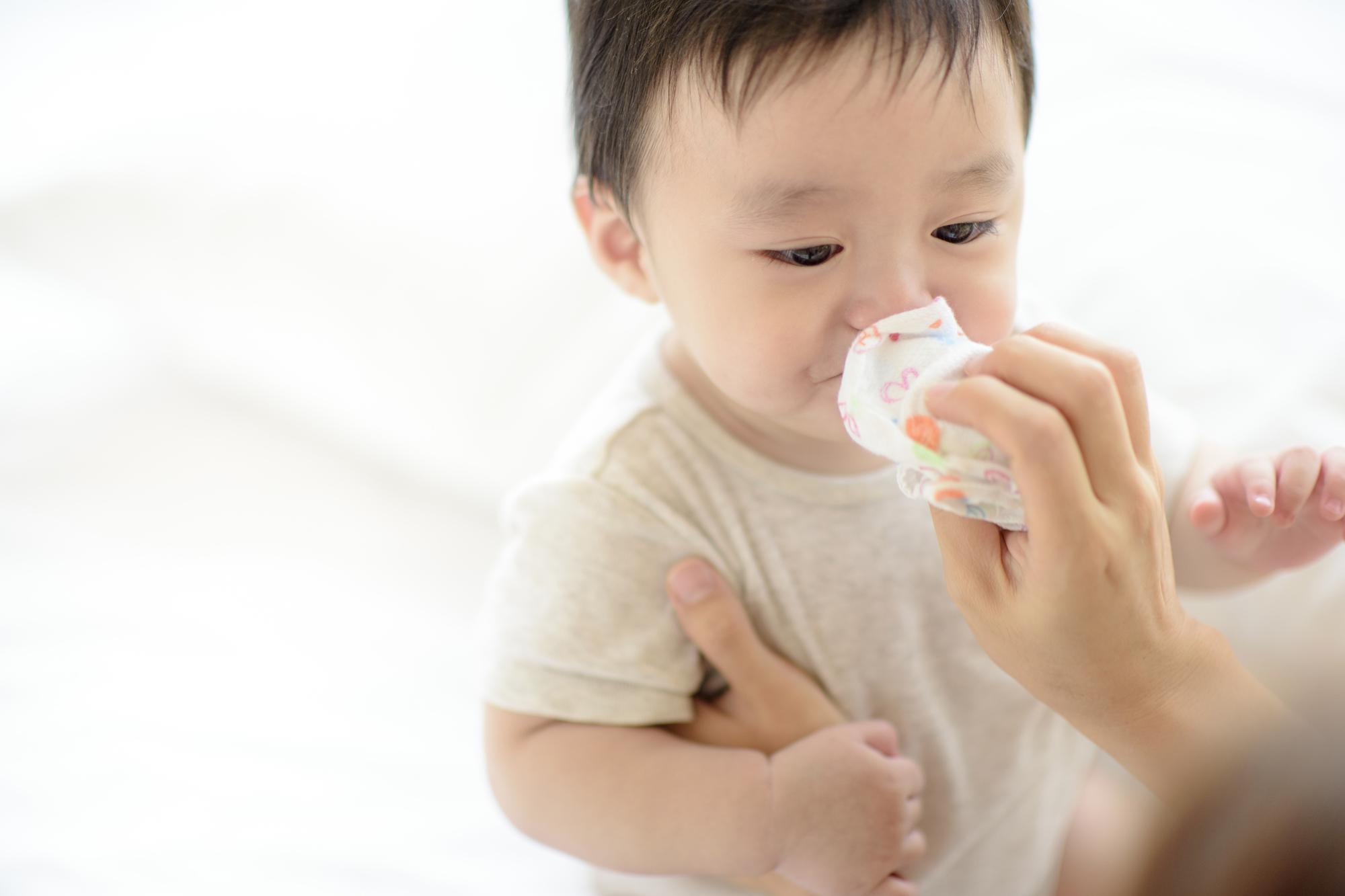 赤ちゃんの透明鼻水の対処。ネバネバ?サラサラ?長引くとき【医師監修】