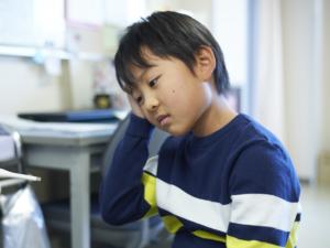 おでこ・後頭部・こめかみ 子ども頭痛の対処法。病院は何科?【医師監修】