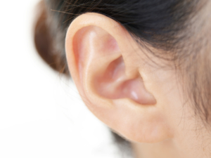 子どもの「耳が痛い」対処法は?6つの原因。中耳炎以外も|医師監修