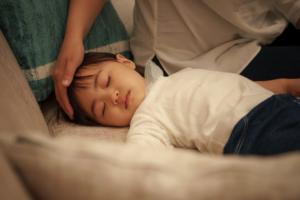 子どもの熱だけの症状|ウイルス感染や疲れが原因かも。病院の目安も【医師監修】
