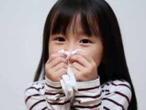 「子どもの痰がらみの咳が続く」対処法。病院は何科?痰の出し方も