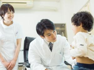 子どもの発疹「熱なし・かゆみあり」蕁麻疹やとびひかも【医師監修】