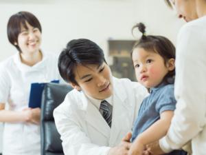 子どもの赤い発疹。熱なし・かゆみなし。水いぼや突発性発疹かも【医師監修】