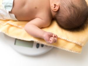 新生児の体重増加の目安 1日あたり何g?体重減少・増えすぎの対処【保育士監修】