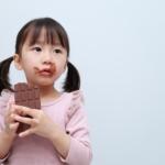 チョコレートを食べる