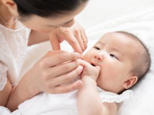 なぜ?生後2ヶ月の赤ちゃんが寝ない…昼夜逆転してる…。寝かしつけのコツは?