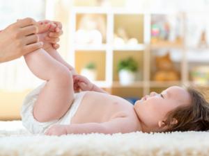 なぜ治らない?赤ちゃんの下痢の見分け方。元気なときは?受診目安は?