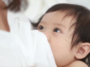 なぜ?赤ちゃんが授乳中に暴れる!泣く!どうすれば?先輩ママの授乳のコツ