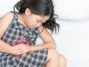 子どもの「みぞおちが痛い」胃腸炎・虫垂炎かも?しこりがある・押すと痛い|医師監修